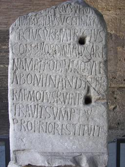 Inscription latine au Colisée. Source : http://data.abuledu.org/URI/52b57249-inscription-latine-au-colisee