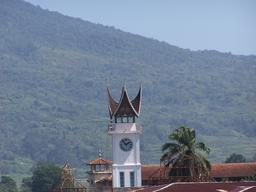 Jam Gadang et Singgalang à Sumatra. Source : http://data.abuledu.org/URI/529a4842-jam-gadang-et-singgalang-a-sumatra