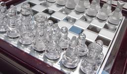 Jeu d'échecs en verre. Source : http://data.abuledu.org/URI/51881faf-jeu-d-echecs-en-verre