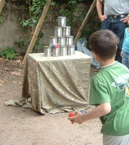 Jeu de massacre avec boites de conserve vides. Source : http://data.abuledu.org/URI/502b6f3c-jeu-de-massacre-avec-boites-de-conserve-vides