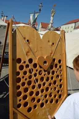 Jeu médiéval de dextérité. Source : http://data.abuledu.org/URI/53cc37d9-jeu-medieval-de-dexterite