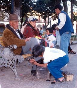 Jeune cireur de chaussures en Bolivie. Source : http://data.abuledu.org/URI/58c724d3-jeune-cireur-de-chaussures-en-bolivie