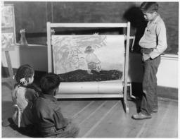 Jeune conteur navajo à l'école. Source : http://data.abuledu.org/URI/53c78895-jeune-conteur-navajo-a-l-ecole