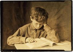 Jeune écolier en 1924. Source : http://data.abuledu.org/URI/5962b58f-jeune-ecolier-en-1924