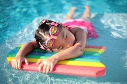 Jeune fille dans une piscine. Source : http://data.abuledu.org/URI/503a2387-jeune-fille-dans-une-piscine