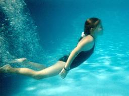 Jeune fille en maillot de bain une pièce. Source : http://data.abuledu.org/URI/50fc8840-jeune-fille-en-maillot-de-bain-une-piece