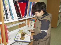 Jeune lecteur à Tunis. Source : http://data.abuledu.org/URI/5962b2df-jeune-lecteur-a-tunis
