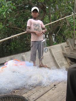 Jeune pêcheur au Cambodge. Source : http://data.abuledu.org/URI/58c82ea4-jeune-pecheur-au-cambodge