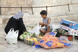 Jeune vendeur de fruits à Jérusalem. Source : http://data.abuledu.org/URI/58c8783b-jeune-vendeur-de-fruits-a-jerusalem