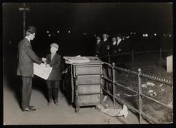 Jeune vendeur de journal de nuit en 1910. Source : http://data.abuledu.org/URI/58c72d82-jeune-vendeur-de-journal-de-nuit-en-1910
