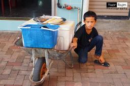 Jeune vendeur des rues aux Philippines. Source : http://data.abuledu.org/URI/58c88073-jeune-vendeur-des-rues-aux-philippines