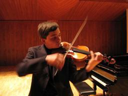 Jeune violoniste. Source : http://data.abuledu.org/URI/53b1a993-jeune-violoniste
