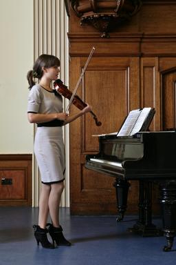 Jeune violoniste devant un piano. Source : http://data.abuledu.org/URI/53b1aa23-jeune-violoniste-devant-un-piano