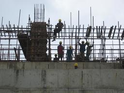 Jeunes gens dans un échafaudage. Source : http://data.abuledu.org/URI/58c847ea-jeunes-gens-dans-un-echafaudage