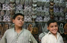 Jeunes vendeurs au Pakistan. Source : http://data.abuledu.org/URI/58c723b5-jeunes-vendeurs-au-pakistan