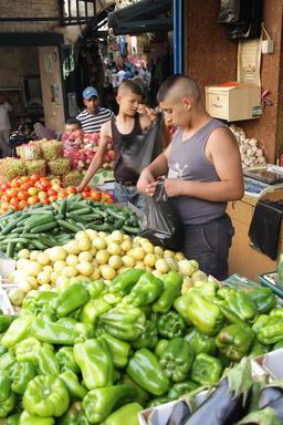 Jeunes vendeurs de fruits et légumes à Jérusalem. Source : http://data.abuledu.org/URI/58c87913-jeunes-vendeurs-de-fruits-et-legumes-a-jerusalem