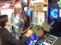 Jeux d'arcade au Japon. Source : http://data.abuledu.org/URI/52c1dcc2-jeux-d-arcade-au-japon