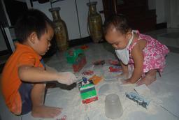 Jeux d'enfants avec la farine. Source : http://data.abuledu.org/URI/5349caf9-jeux-d-enfants-avec-la-farine