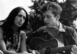 Joan Baez et Bob Dylan. Source : http://data.abuledu.org/URI/530002b7-joan-baez-et-bob-dylan