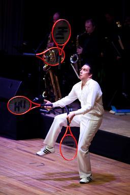 Jongleur de raquettes. Source : http://data.abuledu.org/URI/52f54ced-jongleur-de-raquettes