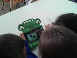 Jouer avec une tablette. Source : http://data.abuledu.org/URI/58d18fa3-jouer-avec-une-tablette