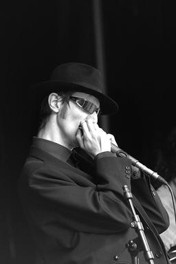 Joueur d'harmonica. Source : http://data.abuledu.org/URI/5395de2d-joueur-d-harmonica