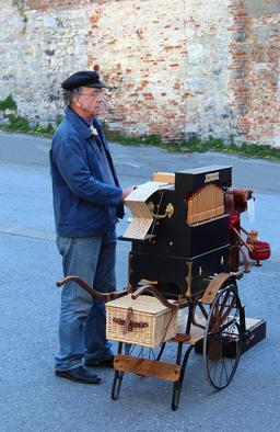Joueur d'orgue de barbarie. Source : http://data.abuledu.org/URI/52ffcbb1-joueur-d-orgue-de-barbarie