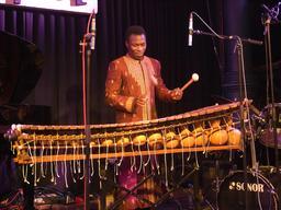 Joueur de balafon en concert. Source : http://data.abuledu.org/URI/5301fce2-joueur-de-balafon-en-concert