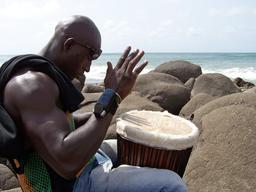Joueur de djembé sur la plage à Dakar. Source : http://data.abuledu.org/URI/53020f76-joueur-de-djembe-sur-la-plage-a-dakar
