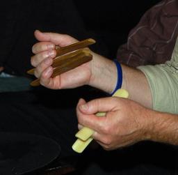 Joueur de percussions en os musicaux. Source : http://data.abuledu.org/URI/53072097-joueur-de-percussions-en-os-musicaux