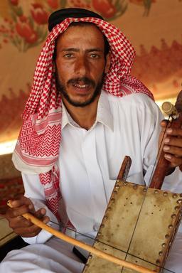 Joueur de rabab à Palmyre. Source : http://data.abuledu.org/URI/530294a0-joueur-de-rabab-a-palmyre