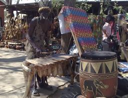 Joueur de silimba au Zaïre. Source : http://data.abuledu.org/URI/5301f820-joueur-de-silimba-au-zaire