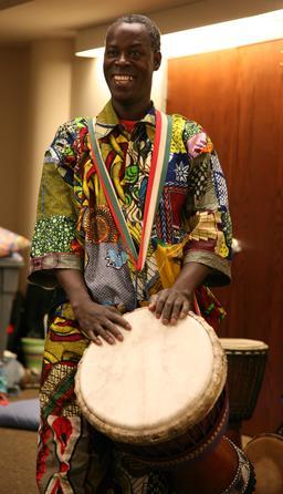 Joueur guinéen de djembé. Source : http://data.abuledu.org/URI/5302025e-joueur-guineen-de-djembe