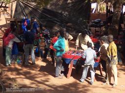 Joueurs de Baby-foot au Mali. Source : http://data.abuledu.org/URI/53cc3041-joueurs-de-baby-foot-au-mali