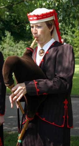 Joueuse de cornemuse estonienne. Source : http://data.abuledu.org/URI/5427c7d1-joueuse-de-cornemuse-estonienne