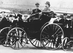 Karl Benz dans sa voiture, 1894. Source : http://data.abuledu.org/URI/56863f5f-karl-benz-dans-sa-voiture-1894