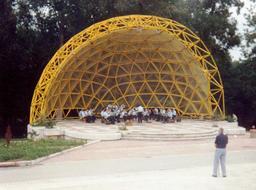 Kiosque à musique métallique. Source : http://data.abuledu.org/URI/52ffaaaa-kiosque-a-musique-metallique