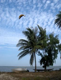 Kitesurf à Carabane au Sénégal. Source : http://data.abuledu.org/URI/52e50318-kitesurf-a-carabane-au-senegal