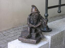 Le nain lecteur de la bibliothèque d'Ossolineum . Source : http://data.abuledu.org/URI/51e6fda0-la-bibliotheque-d-ossolineum-