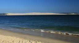 La Dune du Pilat vue depuis le Cap-Ferret. Source : http://data.abuledu.org/URI/55bbf38a-la-dune-du-pilat-vue-depuis-le-cap-ferret