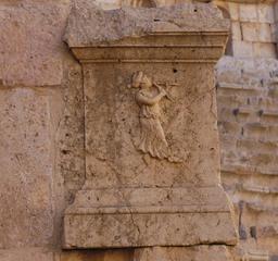 La flûtiste du Théâtre Nord de Jerash. Source : http://data.abuledu.org/URI/54b45270-la-flutiste-du-theatre-nord-de-jerash