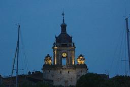 La grosse horloge le soir à La Rochelle. Source : http://data.abuledu.org/URI/582625be-la-grosse-horloge-le-soir-a-la-rochelle