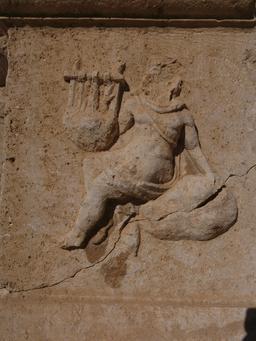 La joueuse de cithare du Théâtre Nord de Jerash. Source : http://data.abuledu.org/URI/54b459c4-la-joueuse-de-cithare-du-theatre-nord-de-jerash
