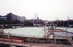 La piscine de plein air de Moscou. Source : http://data.abuledu.org/URI/523b6ed7-la-piscine-de-plein-air-de-moscou