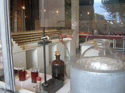 Laboratoire de parfum. Source : http://data.abuledu.org/URI/502931ed-laboratoire-de-parfum