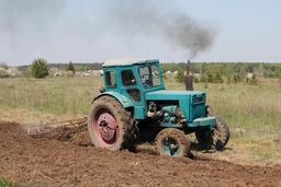Labour de printemps par tracteur. Source : http://data.abuledu.org/URI/52889898-labour-de-printemps-par-tracteur