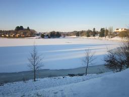 Lac d'Arfeuille sous la neige. Source : http://data.abuledu.org/URI/54439f74-lac-d-arfeuille-sous-la-neige