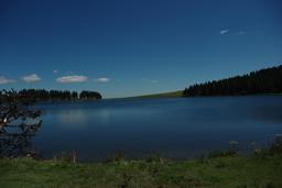 Lac de Servières en Auvergne en été. Source : http://data.abuledu.org/URI/5512a18a-lac-de-servieres-en-auvergne-en-ete