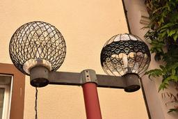 Lampadaires sous filet. Source : http://data.abuledu.org/URI/554156a0-lampadaires-sous-filet