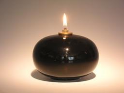 Lampe à huile contemporaine suédoise. Source : http://data.abuledu.org/URI/54ca6302-lampe-a-huile-contemporaine-suedoise